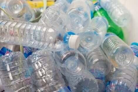Mange tomme plastikkflasker.