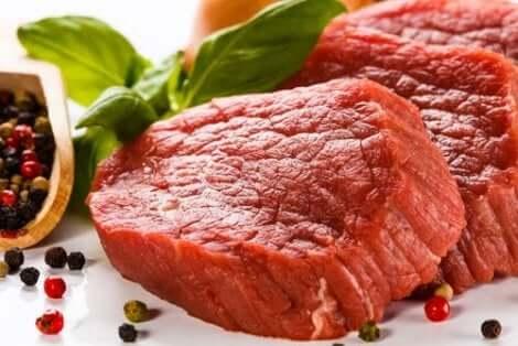 Rødt kjøtt, som har høy urinsyre.