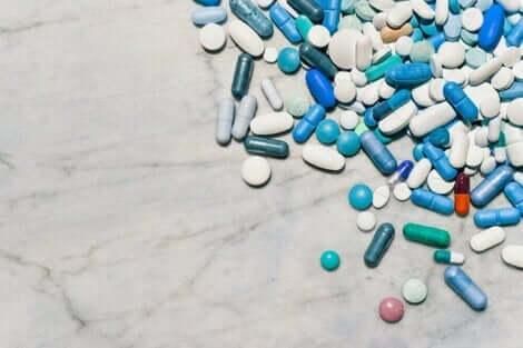 Forskjellige medisiner på et bord