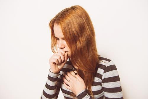 Hoste som assosieres med forkjølelse.