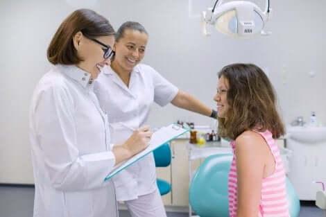 Jente hos en kvinnelig lege