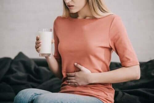 Kvinne er laktoseintolerant - fordøyelsesenzymer