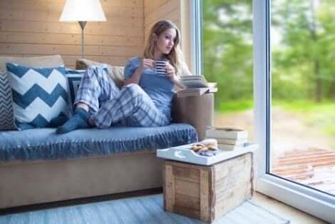 Kvinne leser og drikker kaffe - lykke, ifølge vitenskapen