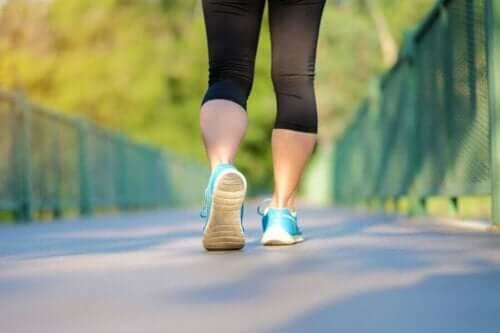 Kvinne løper på en vei