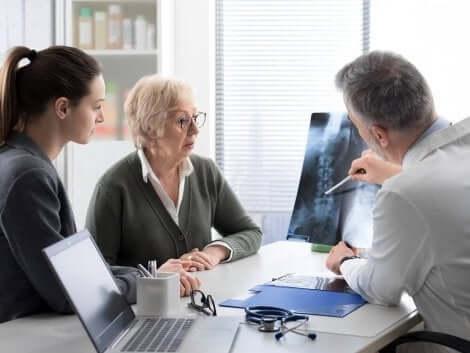 Lege snakker til pasienter om beinmetastase