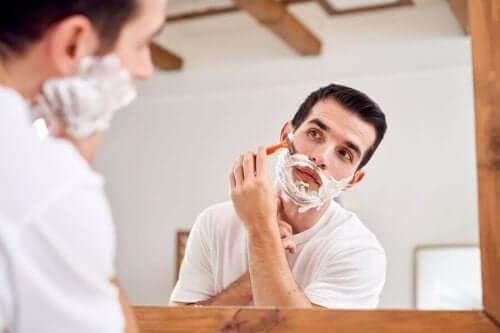 Mann barberer seg
