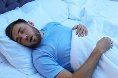 mann sover i sengen