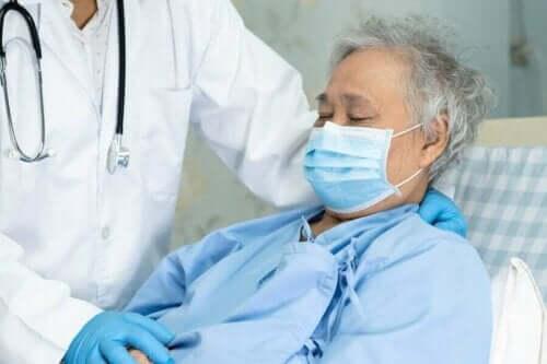 En eldre person på sykehuset