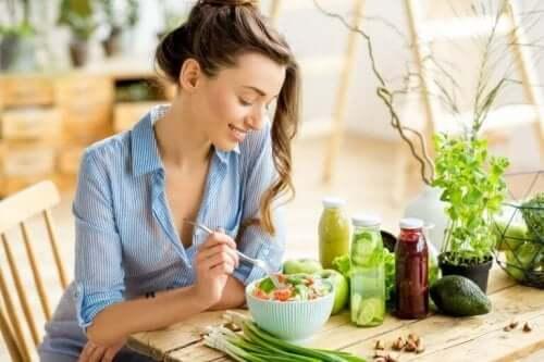 En kvinne spiser sunt