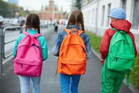 Barn som har på seg ryggsekker.