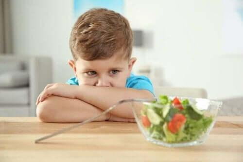 Et autistisk barn som ikke har lyst til å spise salat.