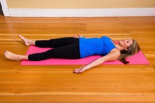 kvinne shavasana yoga