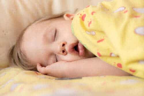 Symptomer og behandling av søvnapné hos spedbarn
