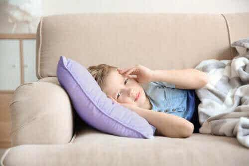 Symptomer på og behandling av migrene hos barn