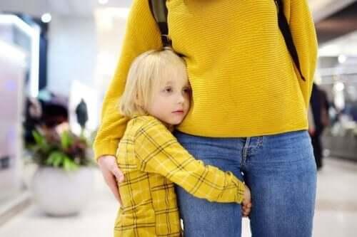 Et barn som klemmer moren sin