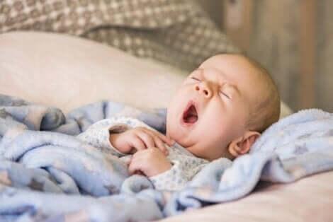 Gjespende baby