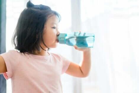 Jente drikker vann