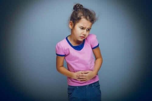 Jente med magesmerter på grunn av sykdommer i fordøyelsessystemet