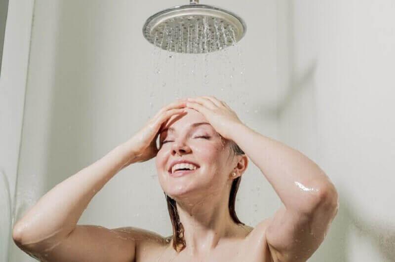 kvinne som tar en dusj