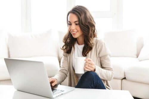 En kvinne som handler på nettet