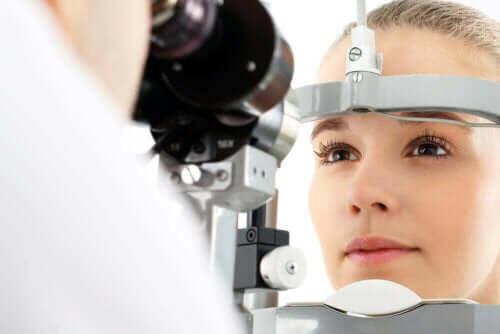 En pasient som får øynene sjekket av en øyelege