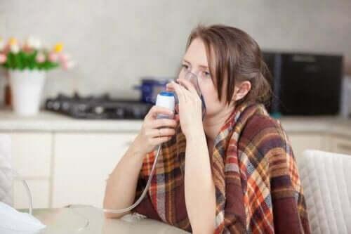 En kvinne som bruker pusteapparat