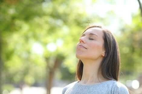 Kvinne nyter tid med stillhet