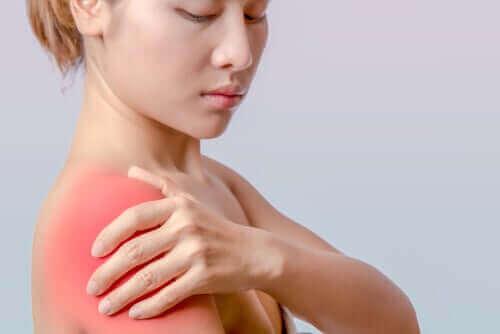 En kvinne med vondt i skulderen