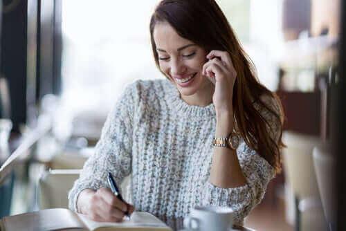 En kvinne på telefonen