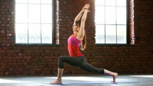Kvinne som gjør gode yogaøvelser.