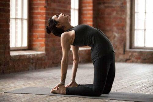 Kvinne som gjør yoga.