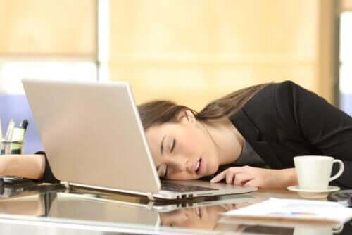En kvinne som sovnet på jobben