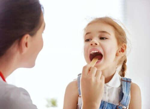 Lege sjekker jente for mononukleose hos barn