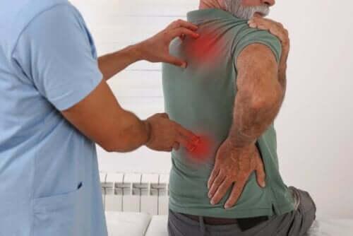 En mann med smerter i kroppen