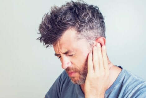 Mann med vondt i øret