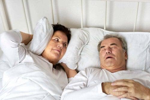Mann som snorker.