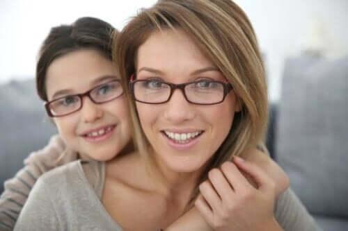 En mor og datter som bruker briller
