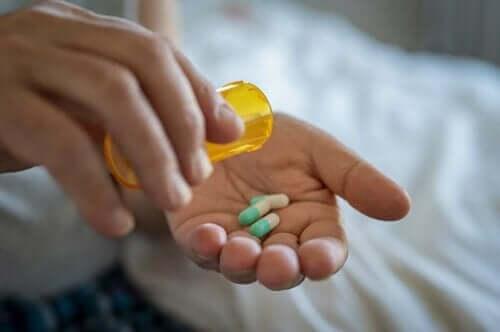 En person som tar antibiotika mot urinveisinfeksjoner