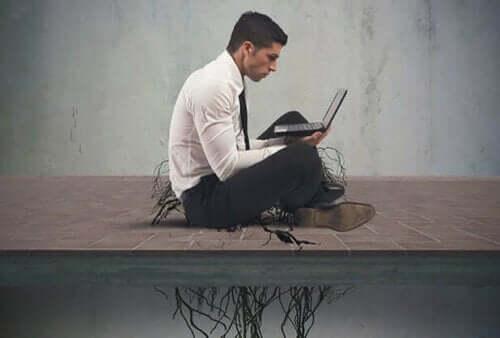 En mann med en laptop