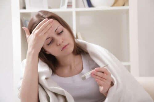 Syk kvinne med feber