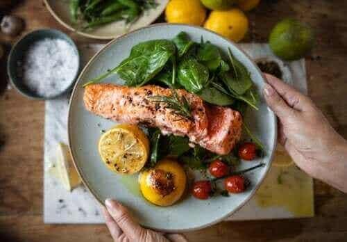 Å spise middag tidlig kan hjelpe deg ned i vekt samt forhindre diabetes