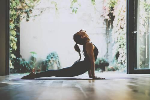 Oppdag tre yogaøvelser for å håndtere stress