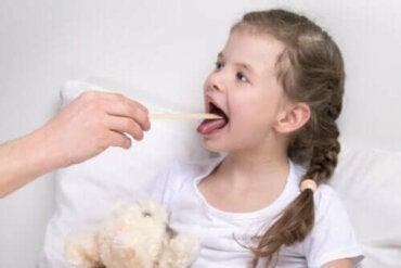 Årsaker og symptomer på laryngitt