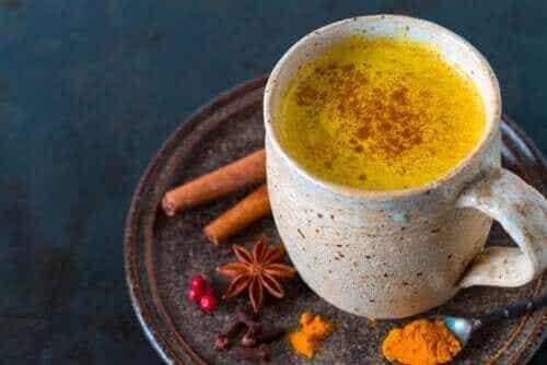 Fem fordeler ved å drikke gurkemeie-te