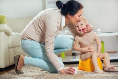 Barn på potte og mor