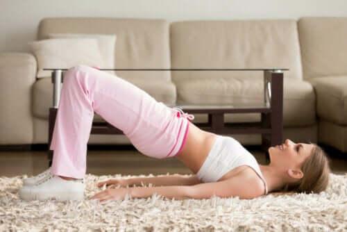 En kvinne trener bekkenløft