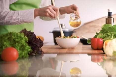 En kvinne lager en salat på kjøkkenet