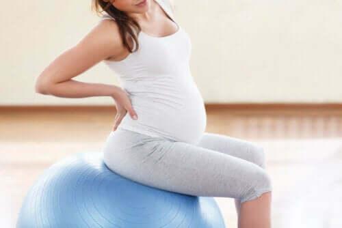 En gravid kvinne trener