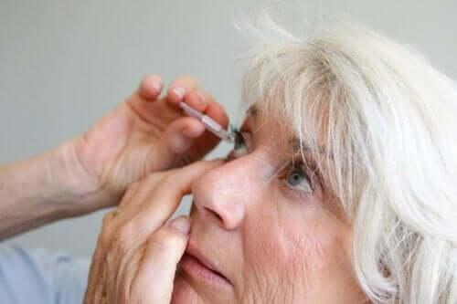 En kvinne får øyedråper