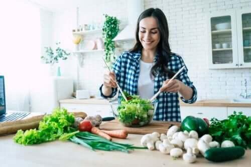 En kvinne lager salat